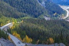 Icefieldsbrede rijweg met mooi aangelegd landschap Stock Foto's