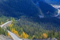Icefieldsbrede rijweg met mooi aangelegd landschap Stock Afbeeldingen