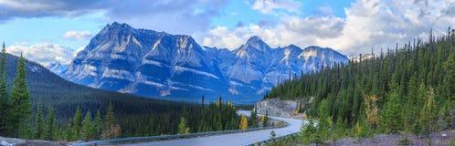 Icefieldsbrede rijweg met mooi aangelegd landschap Royalty-vrije Stock Afbeelding