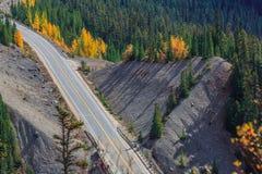 Icefieldsbrede rijweg met mooi aangelegd landschap Royalty-vrije Stock Afbeeldingen