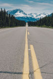 Icefieldsbrede rijweg met mooi aangelegd landschap Stock Afbeelding