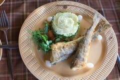 Icefish fritados e batatas trituradas Fotografia de Stock Royalty Free