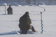 icefishing在一个湖的人们在瑞典 免版税库存图片