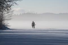 icefishing在一个湖的人们在瑞典 免版税图库摄影