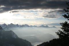 Icefog y cielos dramáticos en las montan@as bávaras Imagenes de archivo