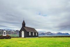 iceland bergsikt Härlig svart träkyrka i Budir royaltyfria foton