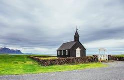 iceland bergsikt Härlig svart träkyrka i Budir fotografering för bildbyråer