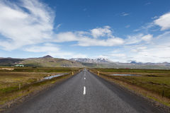 Iceland droga z górami na horyzoncie Fotografia Royalty Free