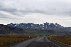 Iceland droga z górami zakrywać z śniegiem dalej Zdjęcia Royalty Free