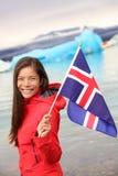 Iceland - dziewczyna trzyma Islandzką flaga przy lodowem Fotografia Stock