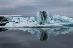 Iceland góra lodowa unosi się na Jeziornym Jökulsà ¡ rlà ³ n blisko oceanu zdjęcia royalty free