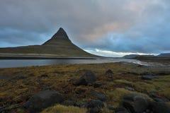 iceland Härliga sommarlandskap som förbiser berget Kirkyufetl fotografering för bildbyråer
