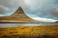 iceland Härliga sommarlandskap som förbiser berget Kirkyufetl arkivbilder