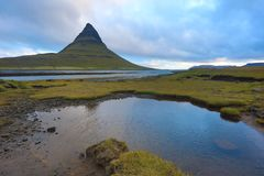 iceland Härliga sommarlandskap som förbiser berget Kirkyufetl royaltyfria bilder