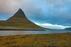 iceland Härliga sommarlandskap som förbiser berget Kirkyufetl arkivfoto