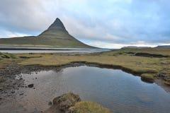 iceland Härliga sommarlandskap som förbiser berget Kirkyufetl arkivbild
