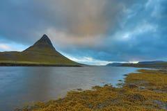 iceland Härliga sommarlandskap som förbiser berget Kirkyufetl royaltyfri fotografi