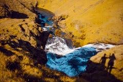 Iceland, halna rzeka, cieni dwa turystów na trawie Obrazy Royalty Free