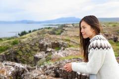 Iceland - kobieta patrzeje Thingvellir Althing Zdjęcia Stock