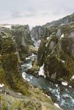 Iceland krajobrazu fotografia Obrazek wąwozu Fjaðrà ¡ rgljúfur Fjadrargljufur markotne chmury w niebie i rzece Zdjęcia Royalty Free