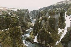 Iceland krajobrazu fotografia Obrazek wąwozu Fjaðrà ¡ rgljúfur Fjadrargljufur Markotne chmury w tle i rzece Zdjęcie Stock