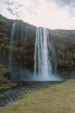 Iceland krajobrazu fotografia piękna siklawa, chmury i słońce w niebie Zdjęcia Royalty Free