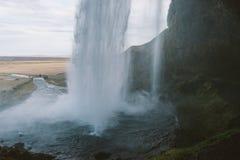Iceland krajobrazu fotografia Podróżne śnieżne góry podczas gdy przechodzący dzikich konie Kerid z zmierzchem i Vulcano siklawy Obrazy Royalty Free
