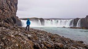 Iceland - m??czyzna pozycja przed Godafoss obrazy stock