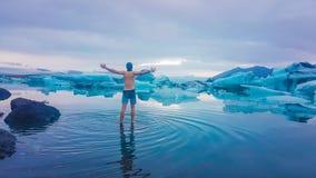 Iceland - m??czyzna pozycja w lodowiec lagunie zdjęcie royalty free