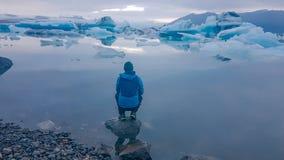 Iceland - m??czyzna przy Lodow? lagun? zdjęcia stock