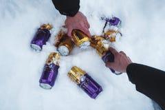 ICELAND - 4 MAR - ręki podnosi puszki zimnego piwa marznięcie w śniegu w zimie dla wiszącego out z przyjacielem w zima wakacje pr Obraz Stock