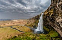iceland seljalandsfossvattenfall En av den berömda vattenfallet för ost i Island molnig sky Sned boll metar royaltyfri bild