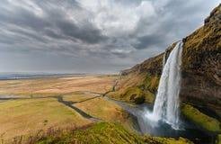 iceland seljalandsfossvattenfall En av den berömda vattenfallet för ost i Island molnig sky Sned boll metar Landskap arkivbild