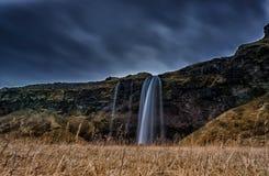 iceland seljalandsfossvattenfall En av den mest berömda vattenfallet i Island Långt exponeringsfoto Arkivbilder