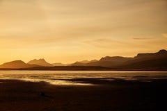 iceland solnedgång Konturerna av bergen arkivbilder