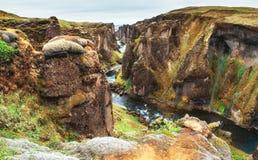 iceland Steniga berg och flod dem emellan royaltyfria bilder