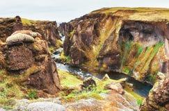 iceland Steniga berg och flod dem emellan arkivbild
