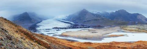 iceland Steniga berg och flod dem emellan royaltyfri bild