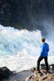 Iceland turysta rzeką po siklawy Godafoss Fotografia Stock