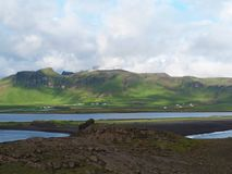 ICELAND, VIK, LIPIEC 23, 2016: Widok na wioski vik i morze zatoce i Obrazy Royalty Free
