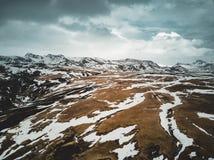 Iceland widok z lotu ptaka krajobraz z śniegiem, chmury, ulica i trawa, żółta i zielona Fotografia Royalty Free