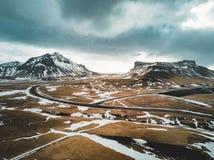 Iceland widok z lotu ptaka krajobraz z śniegiem, chmury, ulica i trawa, żółta i zielona Obrazy Stock
