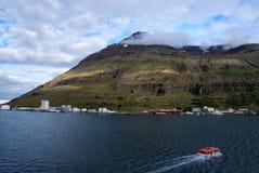 Iceland wycieczka Łódź pławik w morzu na góra krajobrazie w Sejdisfjordur, Iceland Denny wybrzeże z górą w chmurnym niebie fotografia stock