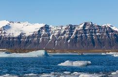 Iceland zimy jeziorna góra i jasny niebieskie niebo Fotografia Stock