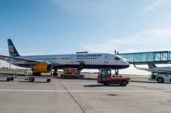 Icelandair Boeing 757 flygplan på den Keflavik flygplatsen i Island Royaltyfria Bilder