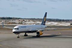 Icelandair Boeing 757-200 i Helsingfors den internationella flygplatsen Royaltyfri Foto