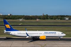 Icelandair Boeing 737 8 maximum à l'aéroport de Berlin Tegel Image libre de droits