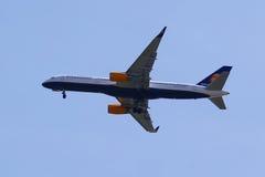 Icelandair Boeing 757 stiger ned för att landa på den internationella flygplatsen för JFK i New York Royaltyfria Bilder