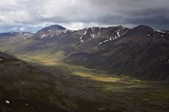 icelandic ландшафт Долина между Svinadalsfjall и Vatnsdalsfjall стоковое фото