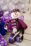 Iceman y árbol de navidad blanco con los presentes Foto de archivo